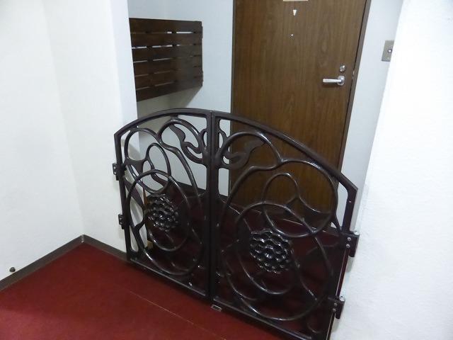 落ち着いた雰囲気の門扉